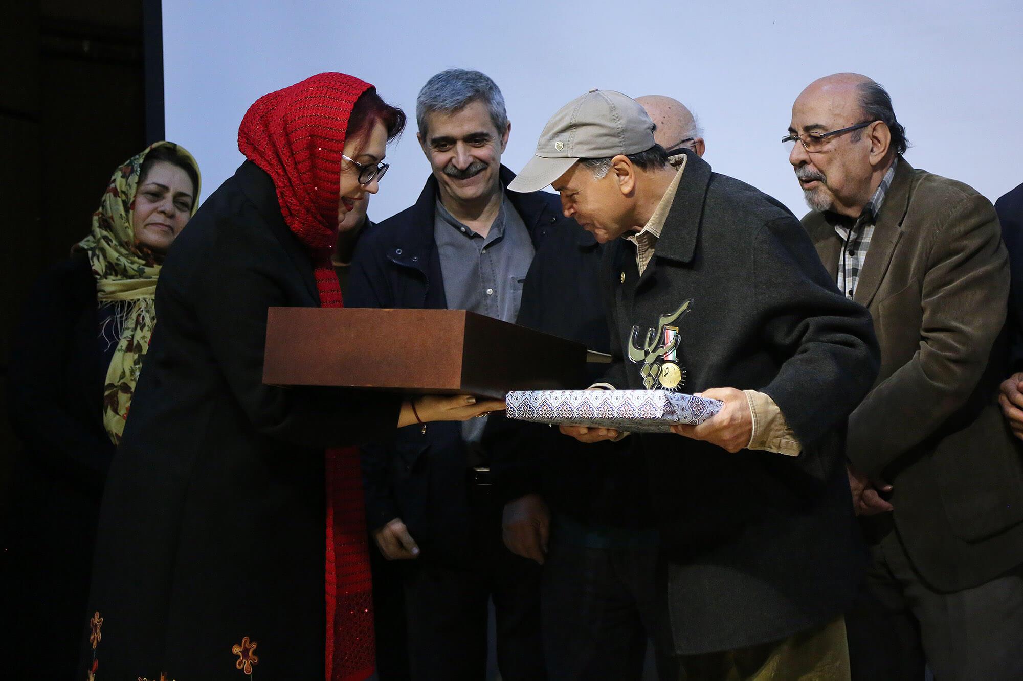 اهدای تابلو نفیس شاهنامه از سوی گروه هنری سی تاب به استاد افشین بختیار
